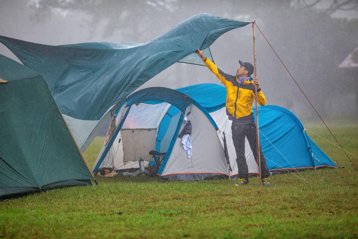 Tent herstellen in de regen