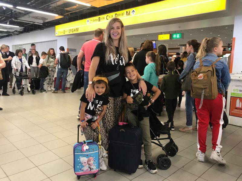 Margriet, Joah und Ella am Flughafen