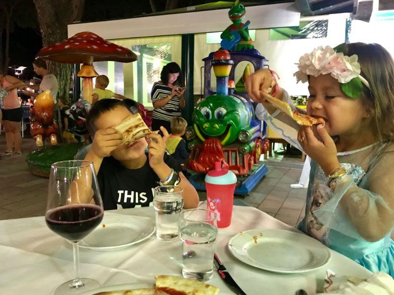 Joah und Ella essen Pizza