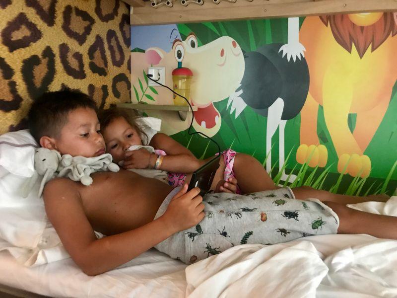 Joah und Ella im Bett