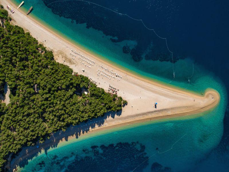 Luftaufnahme des Strandes Zlatni Rat