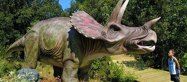 Dinos in lebensechter Größe und vieles mehr gibt es im Dinopark Funtana.