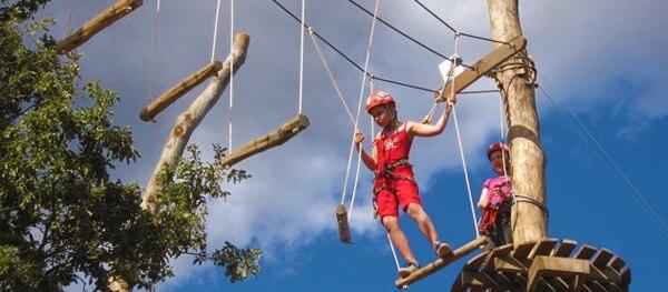 Kinderfreundliches Klettern und Seilbahnfahren im Glavani Park.