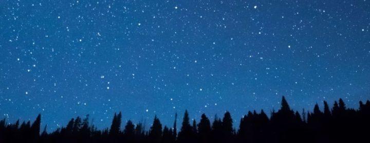 6 Camping-Spiele, die man auch im Dunkeln spielen kann