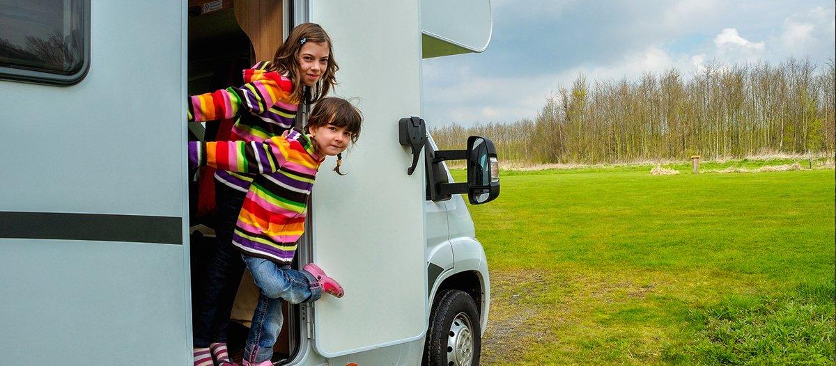 urlaubsfahrt-mit-dem-wohnmobil-stau-kinder-denkspiele